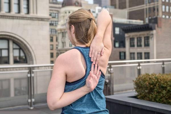 aliviar el dolor muscular tocarse la espalda