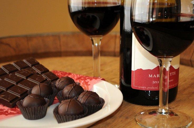 tomar vino tinto y chocolate
