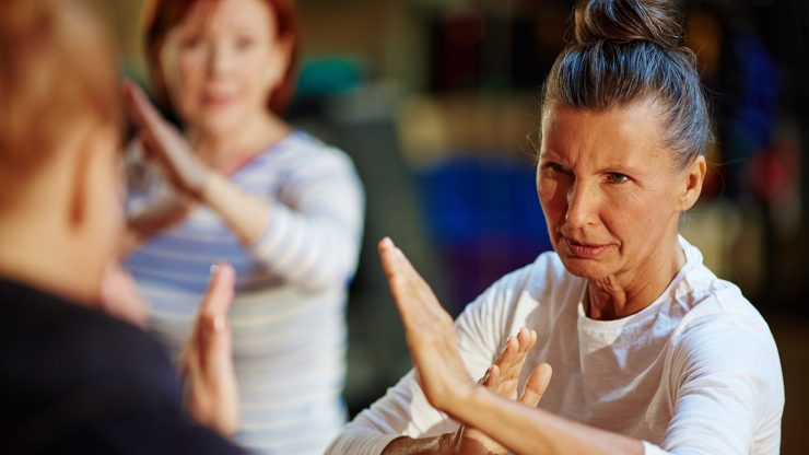 autodefensa para mujeres mayores