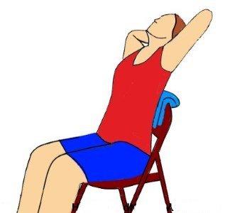 crujir la espalda con una silla