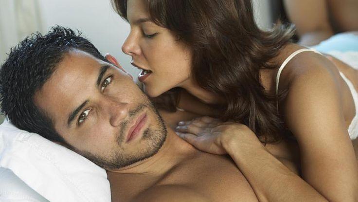 mujer aferrada a un hombre
