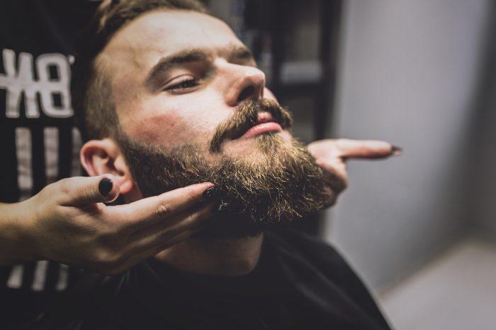 como aplicar cera para barba