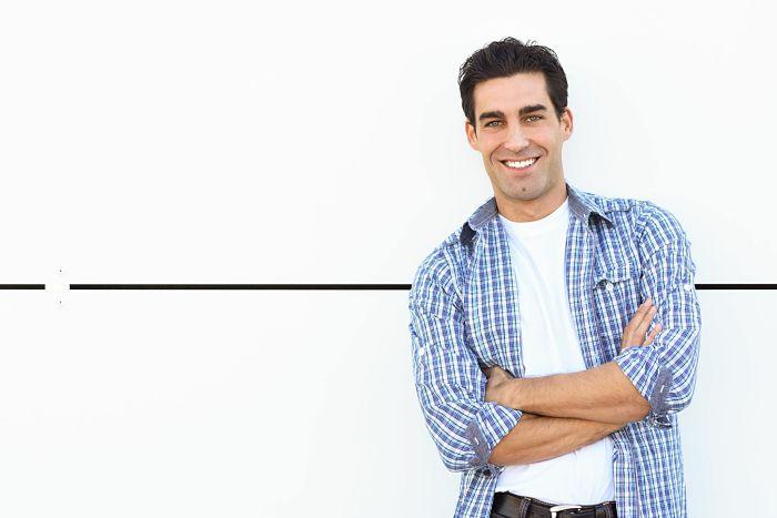 Hombre con camisa de cuadros