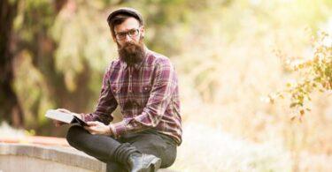 Hombre con camisa a cuadros y estilo hipster