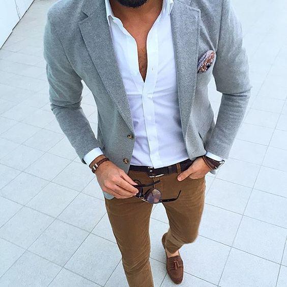 Hombre con chaqueta gris y zapatos marrones