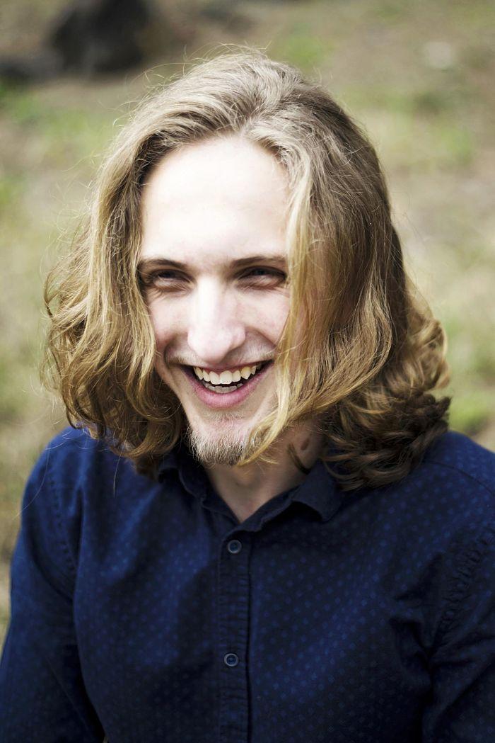 Corte de cabello hipster con cabello largo y rizado