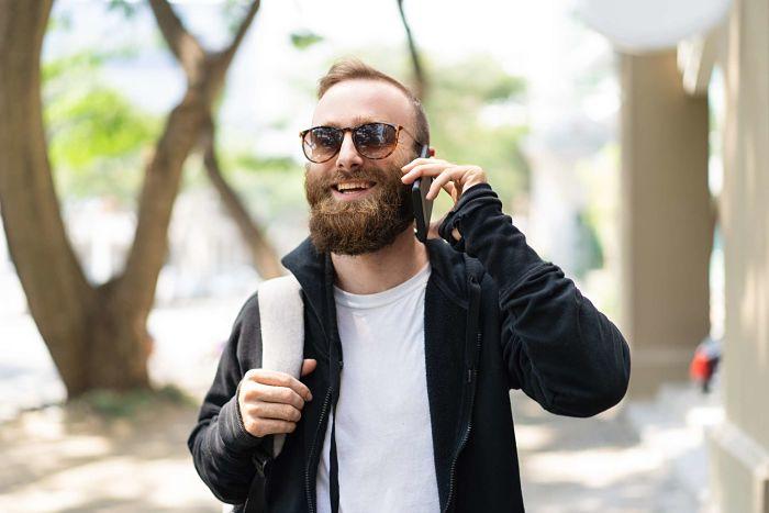 hombre con lentes de sol