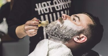 aplicar shampoo para barba y bigote