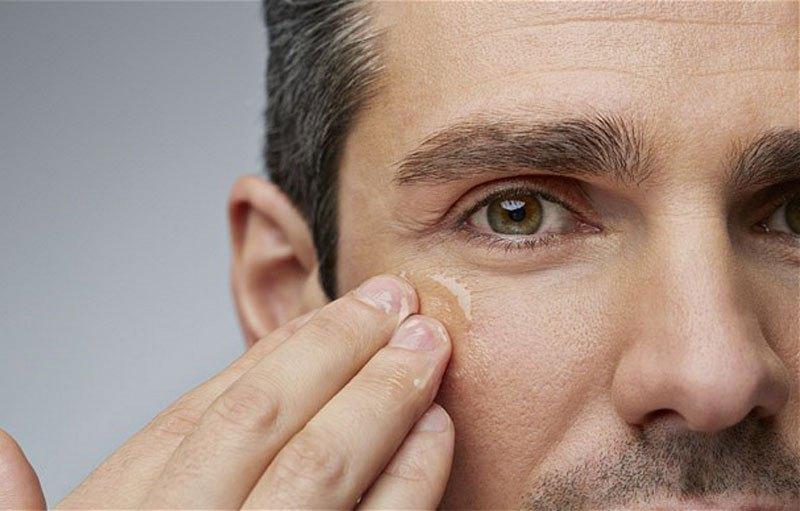 Hombre con los poros dilatados en su rostro