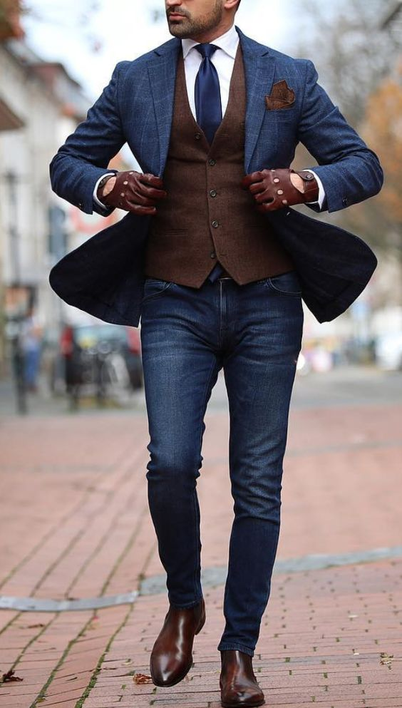 Combinando la chaqueta azul con unos zapatos de cuero