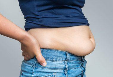Mujer que tiene grasa abdominal