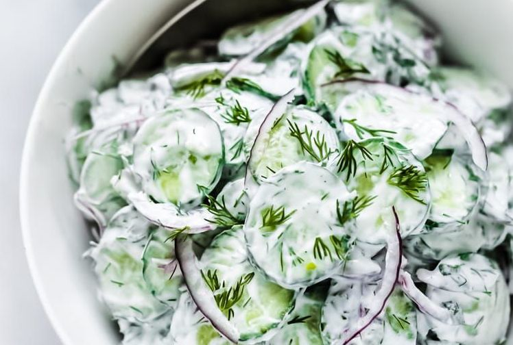 Ensalada de pepino con crema agria versión normal y vegana
