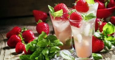 Un vaso de fresas con limón