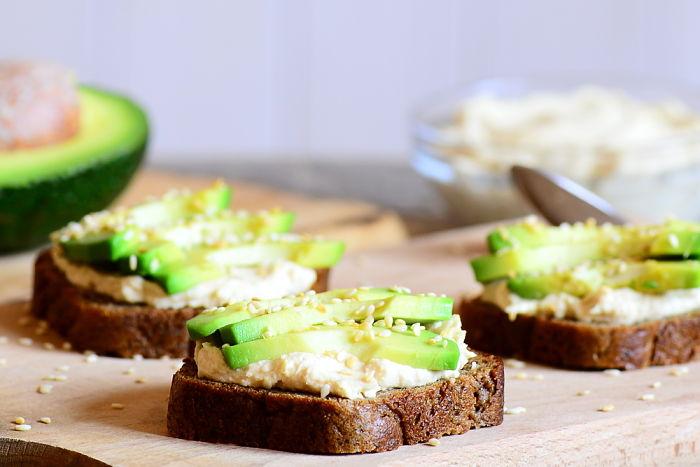 Pan sin gluten servido con aguacate