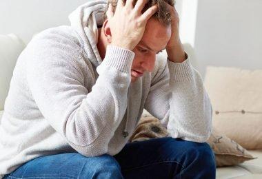 Hombre con estrés y deficiencia de melatonina