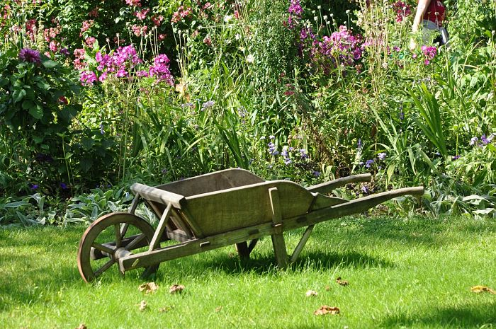 Cómo prevenir el crecimeinto de las malas hierbas en el jardín