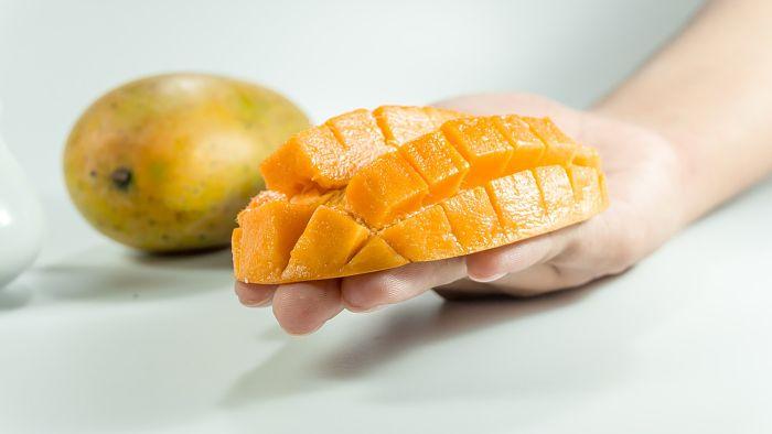 Mango africano cortado en trozos