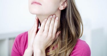 Mujer con problemas de tiroides por deficiencia de yodo