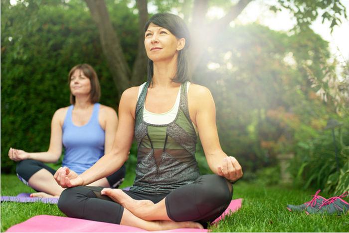 Mujer practicando yoga para tratar la fibromialgia