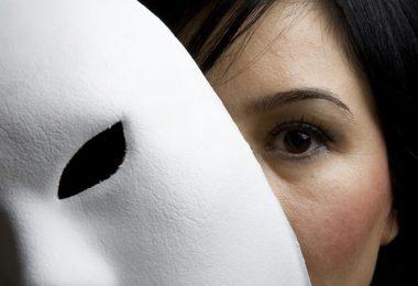 Mujer con máscara, detectar amigos falsos