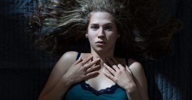 Mujer preocupada por ansiedad nocturna