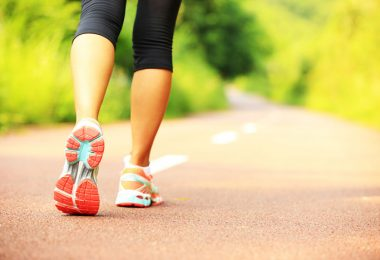 Piernas mujer dando caminata para adelgazar