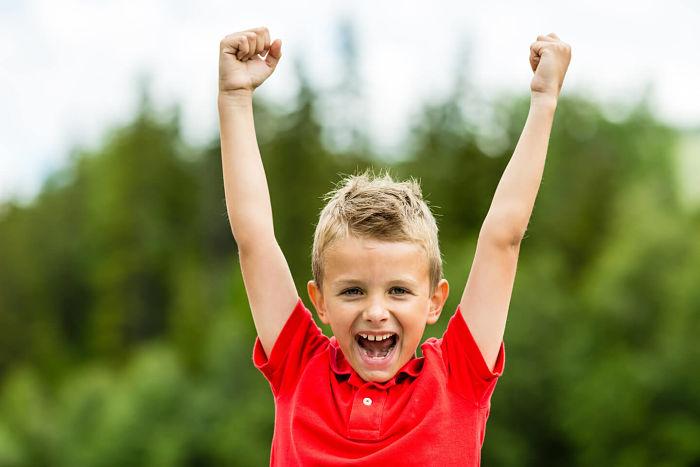 Niño feliz. Buena autoestima infantil.