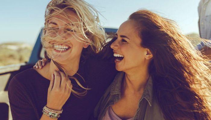 Dos mujeres felices. Amigos buenos para la salud.