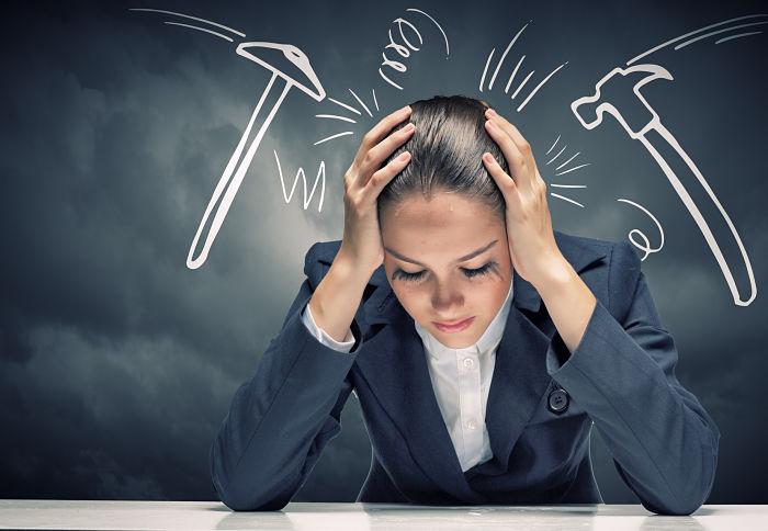 Mujer sintiendo estrés que puede afectar la salud del corazón
