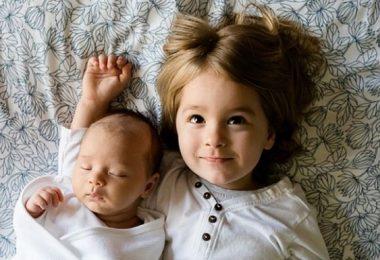 Bebé con hermana mayor