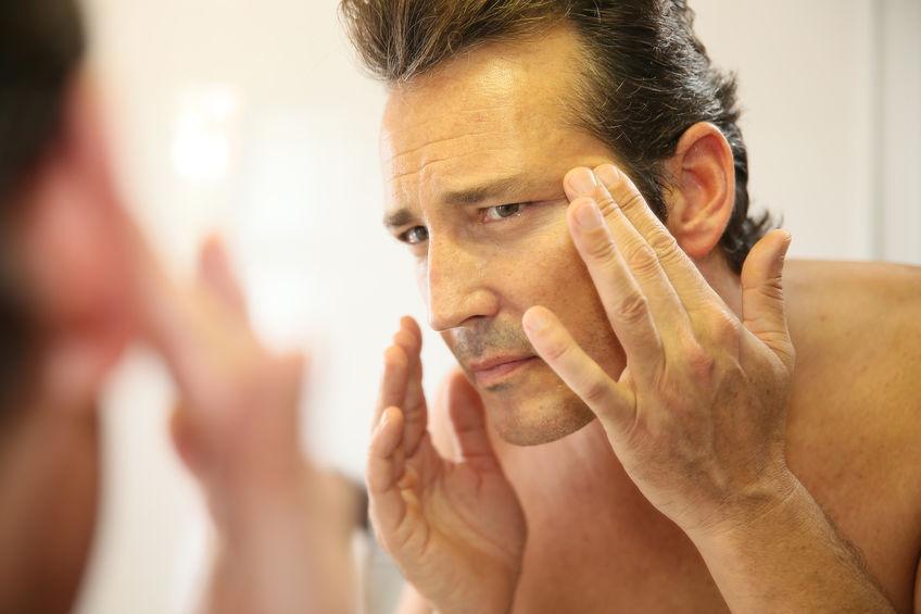 Hombre que cuida su piel para evitar arrugas y eliminar impurezas