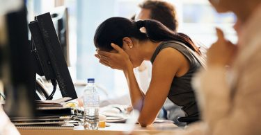 Empleada estresada por mal jefe