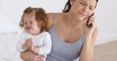 Mamá estresada con hija. Mamás necesitan vacaciones para ellas.