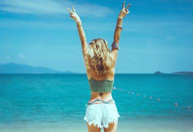 Mujer feliz en el mar