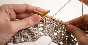 Mujer tejiendo, beneficios de tejer