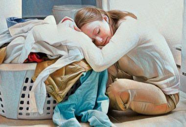Mujer que padece fatiga matutina