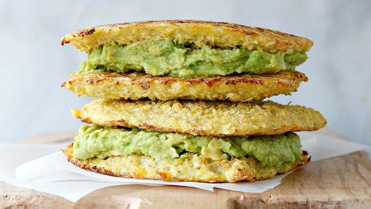 sandwich de aguacate con pan de coliflor