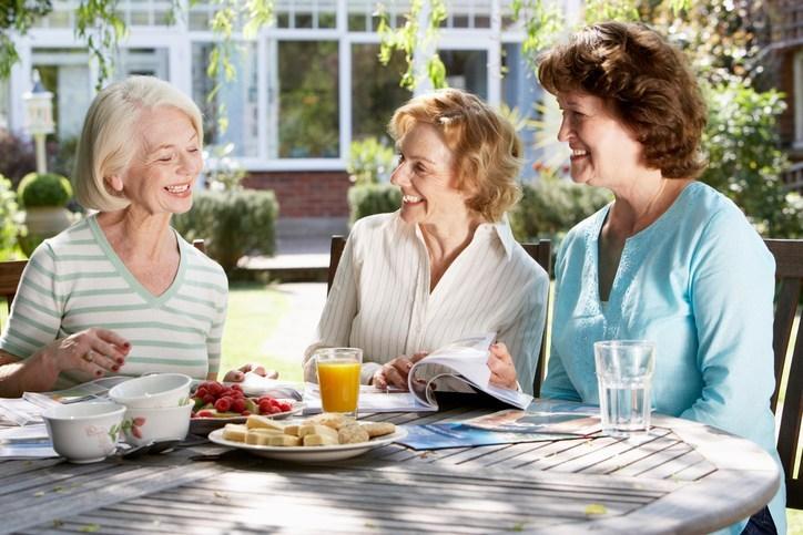 Mujeres amigas conversando y tomando té