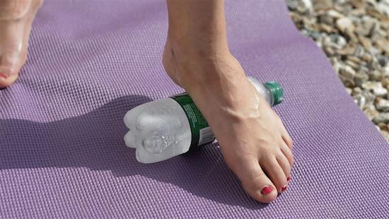 dolor de pies masaje con botella fria