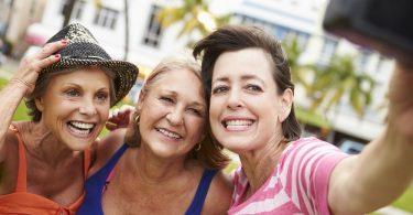 Mujeres amigas tomandose una selfie