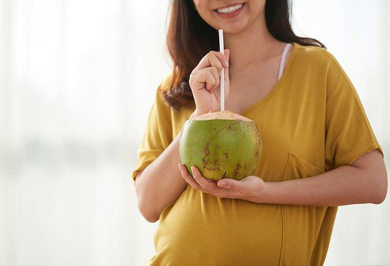 Conoce los beneficios del agua de coco para la mujer embarazada