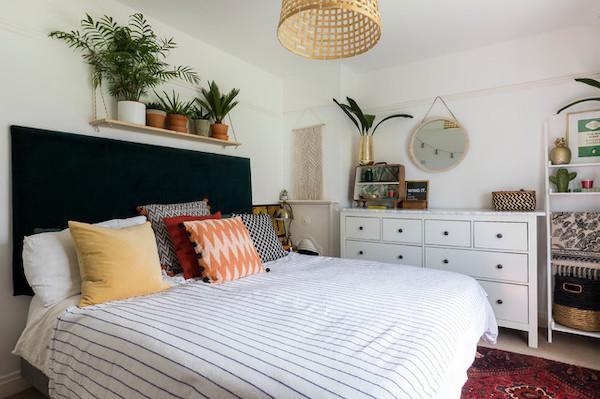 decorar una habitación con plantas en la cama