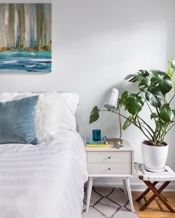 decorar una habitación con plantas en la mesita
