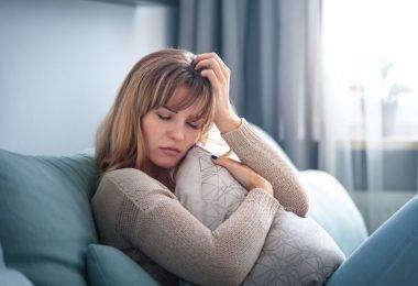 Mujer sufre depresión por la pandemia y no salir de casa