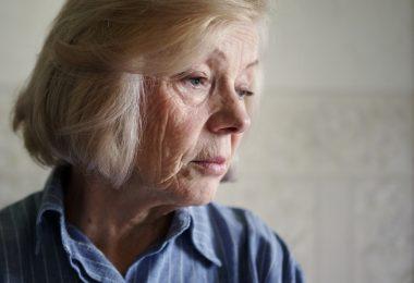 Una persona mayor que sufre soledad