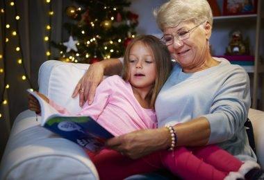 Una abuela cuidando a la nieta