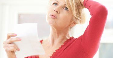 Mujer con problemas de ansiedad durante la menopausia