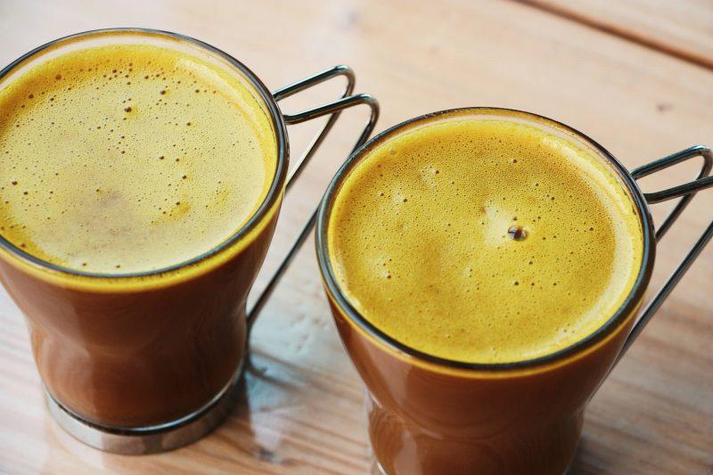 Prepara un café quema grasa de cúrcuma