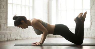 Realizando flexiones con rodilla apoyada en el suelo