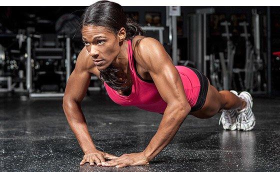 Mujer haciendo ejercicio de brazos en casa